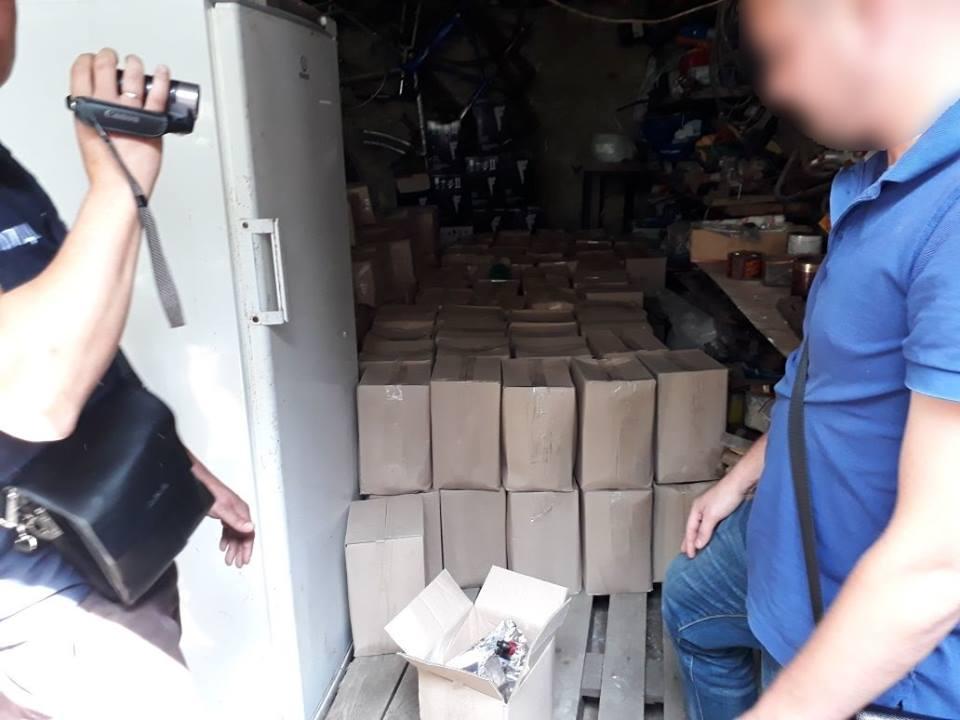 Більше тонни сфальшованих алкогольних напоїв виявили на Закарпатті