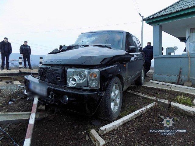 """На Закарпатье """"Land Rover"""" не разминулся с поездом"""