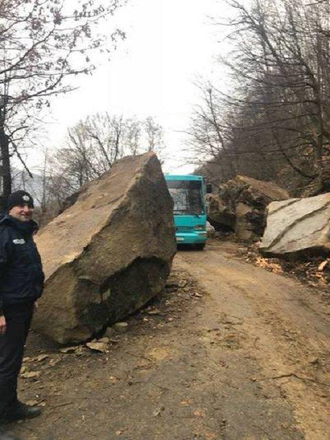 В Закарпатье обвал скалы перекрыл дорогу в горное село