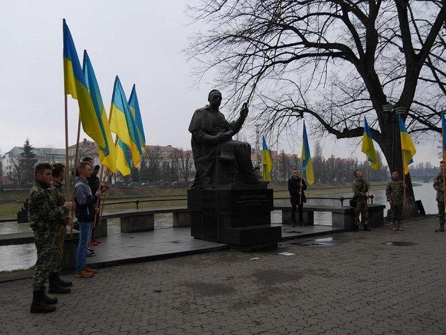 В Ужгороде возложили цветы к монументу президента Карпатской Украины Августину Волошину