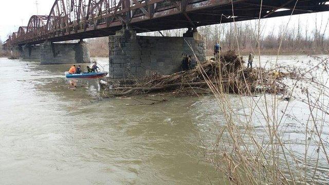 В Закарпатье спасатели занялись очисткой опор мостов