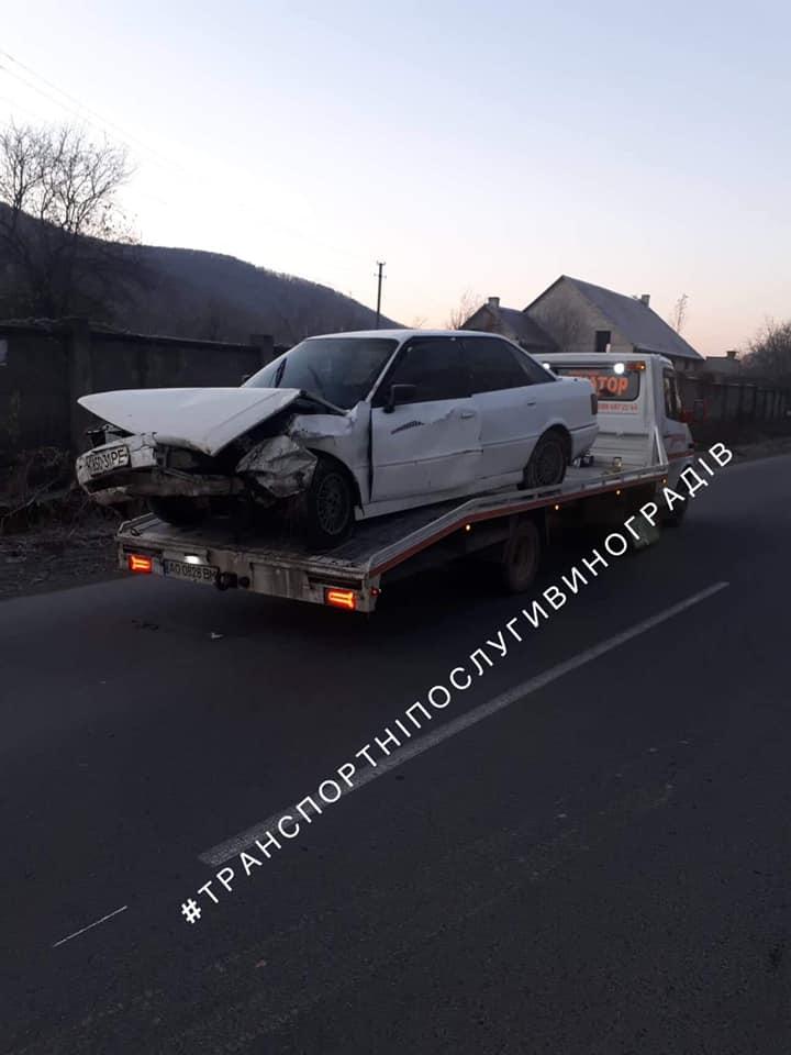 """В Закарпатье утром случилось ДТП: Разрушенную """"Audi"""" забрал эвакуатор"""