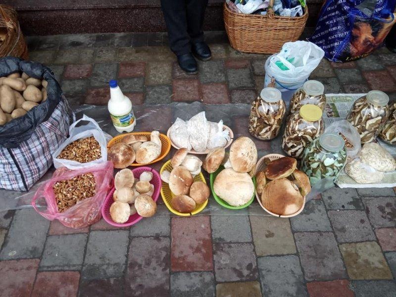 """""""Говорите, через 2 недели зима?"""": Рынки в Ужгороде заполонили грибы"""