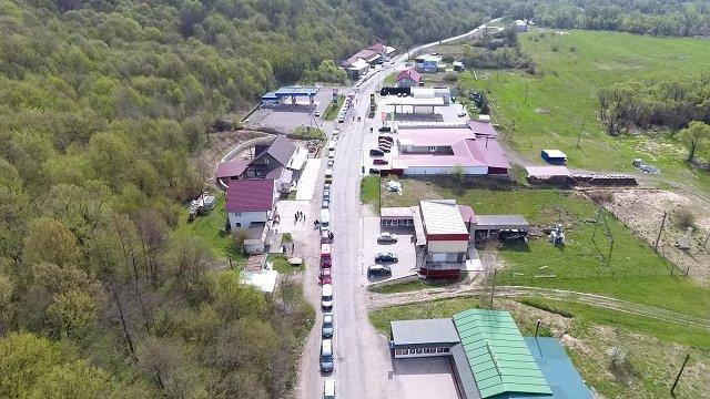 На границах в Закарпатье стоят огромные очереди