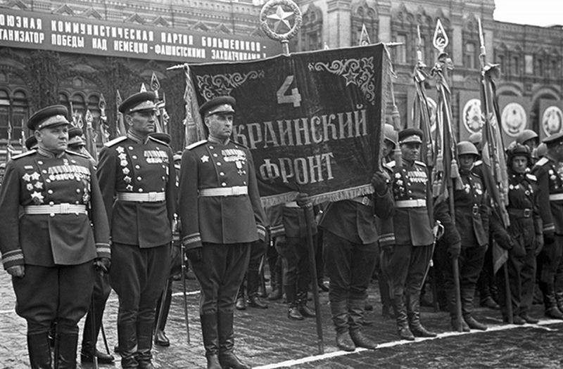 Полк 4-го Украинского фронта во время Парада Победы на Красной площади