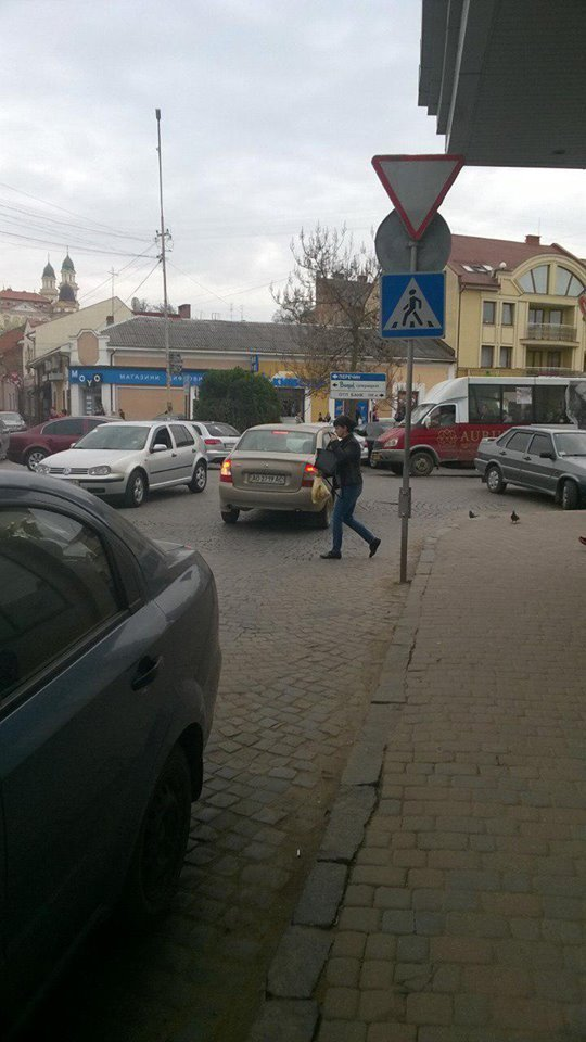 В Ужгороде водитель протаранил авто и скрылся с места происшествия