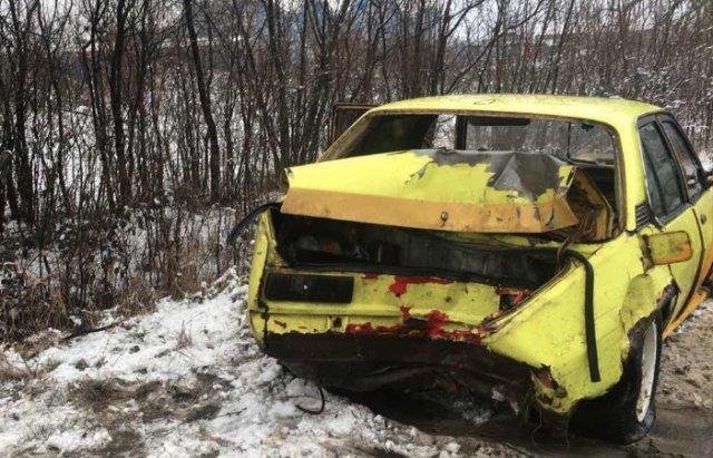 Возле Ужгорода спорткар влетел в дерево, не доехав до авторынка