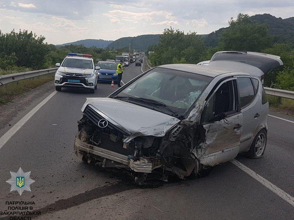 ДТП в Закарпатье: автомобиль протаранил двух мотоциклистов