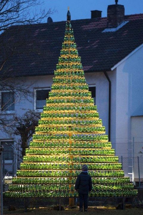 В немецком Нордхайме-на-Майне рождественскую ель собрали из 1099 пузатых винных бутылок.