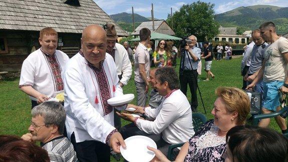 Москаль угощал туристов в Колочаве собственной риплянкой