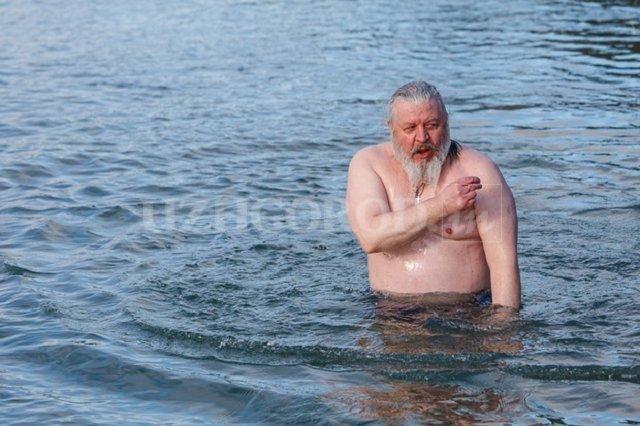 В Ужгороде на Крещение в реке купались от велика до мала