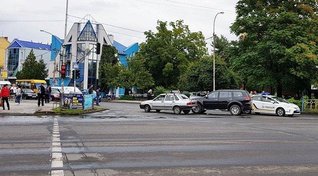 В Ужгороде столкнулись внедорожник с легковушкой