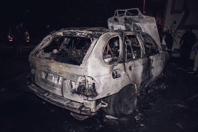 В Киеве BMW Х5 на евробляхах сгорела дотла
