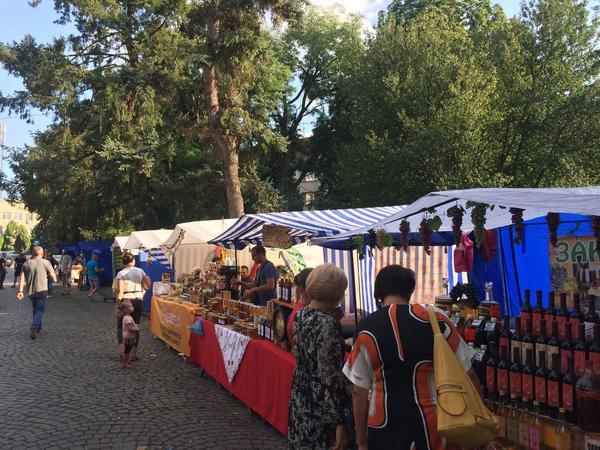 Вони повернулися! На фестивалях в Ужгороді знову з'явилися примітивні смугасті китайські намети