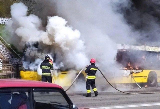 В Киеве посреди дороги полностью сгорела маршрутка