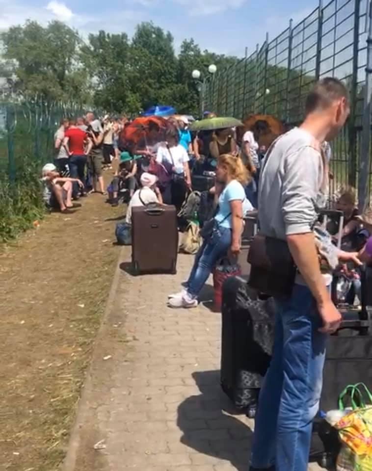 Невже всім байдуже!? На кордоні з Польщею люди по кільканадцять годин мучаються в чергах — і в спеку, і в дощ