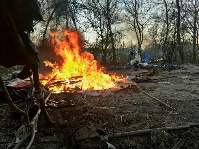 В Киеве радикалы из С14 разогнали табор цыган и сожгли их палатки
