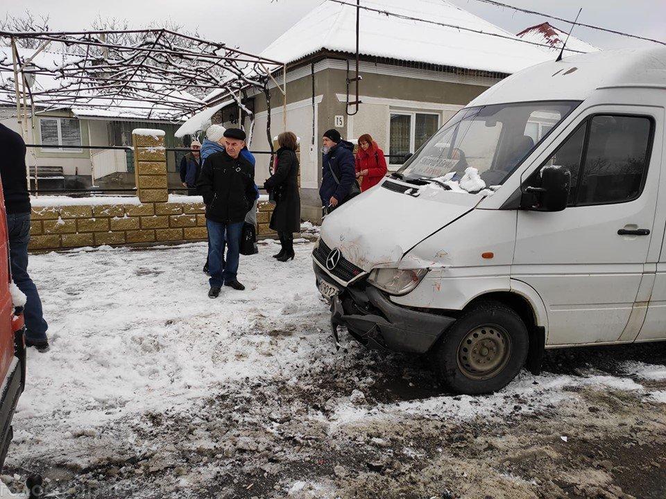 На Закарпатье маршрутка, внутри которой было 20 пассажиров, попала в ДТП