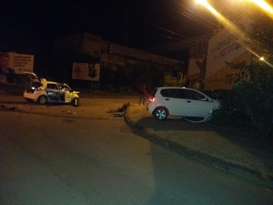"""Один улетел в кусты: На Закарпатье такси разбилось об """"Шевроле"""""""