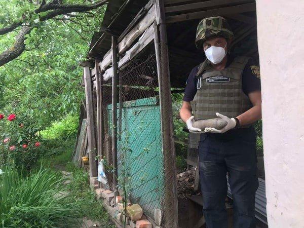 """Пиротехники Закарпатья обезвредили """"древний"""" артснаряд, найденный в частном дворе"""