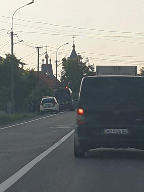 Жесть! На Закарпатті Volkswagen Caddy злетів з дороги та опинився у кюветі