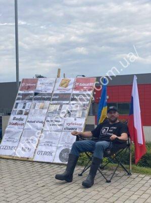 """Заробітчанин із Закарпаття голодує під стінами """"рідного"""" підприємства у Чехії"""