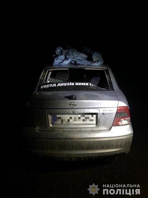 Круто повеселились: В Закарпатье парни с битами крушили проезжающие авто