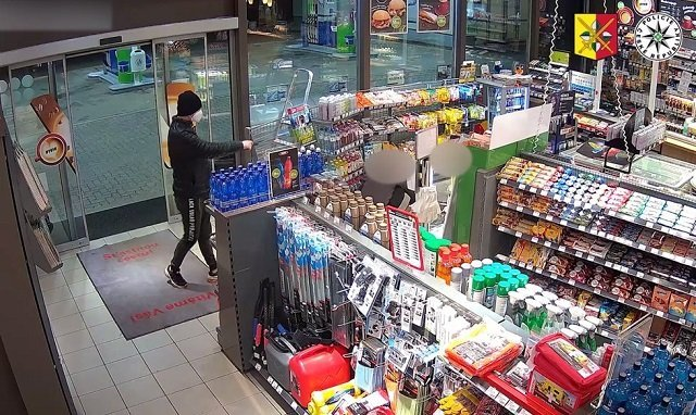 В Чехии грабитель совершил вооруженный налет на заправку: Полиция опубликовала видео