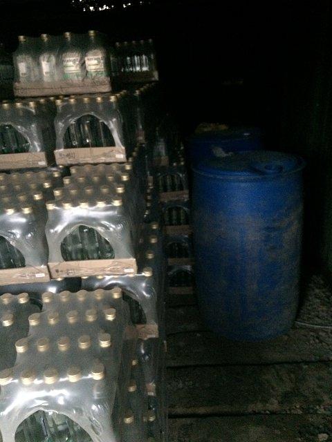 """В Ужгороде налоговики накрыли цех по изготовлению """"левой"""" водки"""