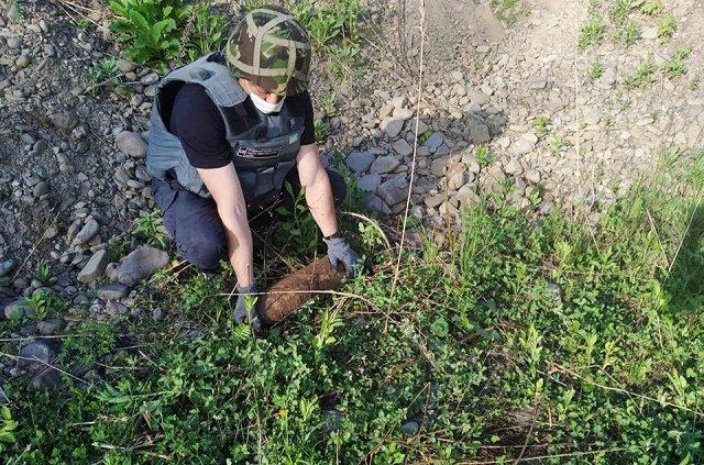 В Закарпатье пиротехники обезвредили артиллерийский снаряд: Находка пролежала 75 лет
