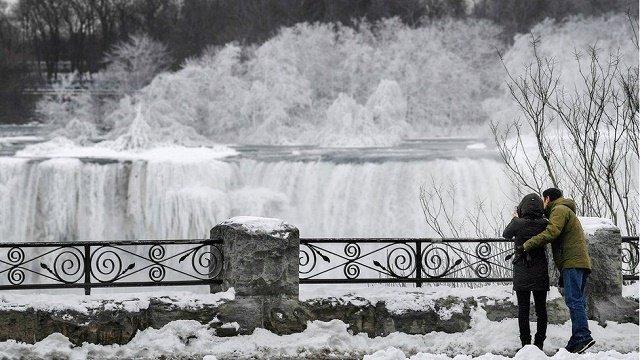 Скованная льдом Ниагара: Водопад частично замерз