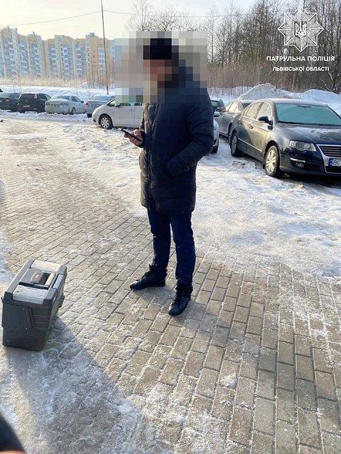 Во Львове автовор, пытаясь ускользнуть от полицейских, зарылся в снег