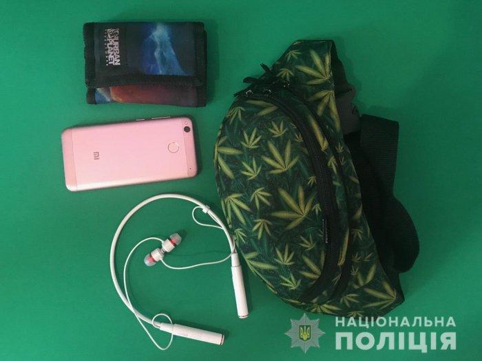 В Закарпатье несовершеннолетнюю ограбили прямо на улице