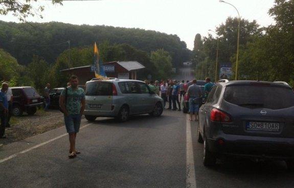 """Водители авто с иностранными номерами перекрыли границу на КПП """"Ужгород"""""""