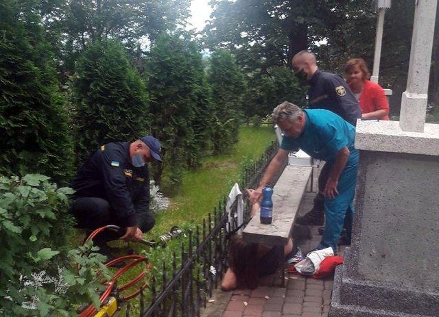 В Закарпатье верующие, идя на богослужение, увидели страшное зрелище: Женщина проткнула руку на заборе