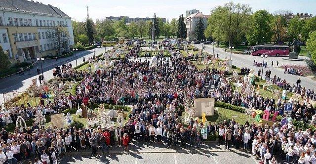 Что украшает площадь Народную в Ужгороде?
