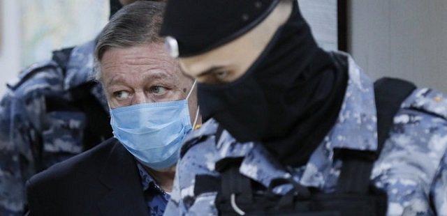 8 лет колонии: Михаила Ефремова признали виновным в смертельном ДТП в Москве