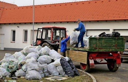 Венгерские волонтеры убрали несколько тонн мусора, очищая берега Тисы