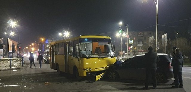 Не везет: В Ужгороде хозяин Ford Focus, пострадавшего от пожарной машины, попал в новое ДТП