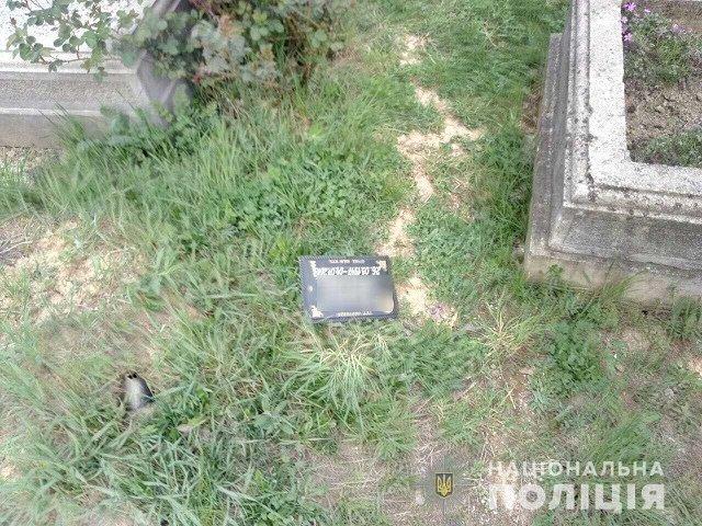 В Мукачево полицейские задержали женщину за осквернение могилы: Ей грозит срок до 7 лет