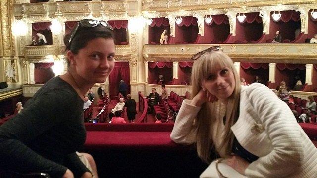 Переводчица Юлия и Ирина с Джеймсом в опере