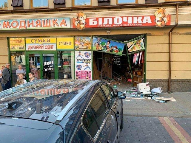 """В Ужгороде """"олень"""" за рулем припарковался в магазине игрушек"""