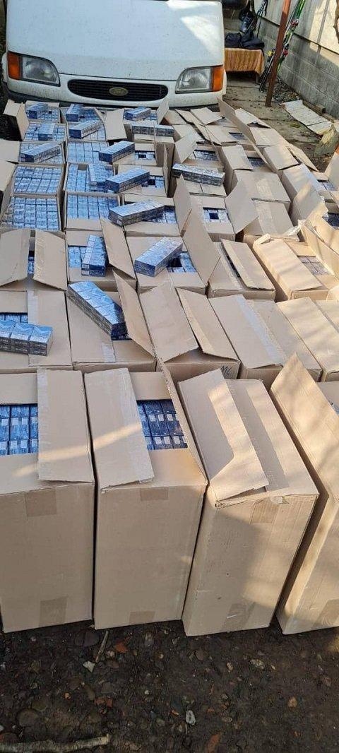В Закарпатті провели обшуки у тіньового оптовика контрабандних цигарок