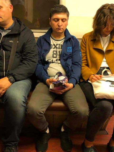 """Дремавшего """"Зеленского"""" заметили и сфотографировали в метро"""