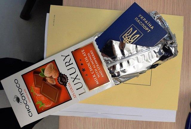 Українець, вилітаючи з Берліну, сховав власний паспорт в шоколаді