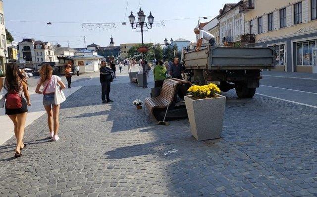 В областном центре Закарпатья площадь Петефи украсили каменными вазонами с хризантемами