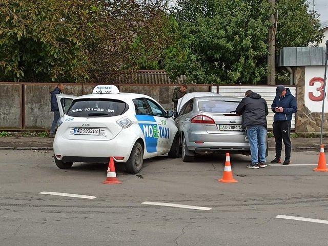 Авария в Закарпатье: В Ужгороде не разминулись такси и Ford