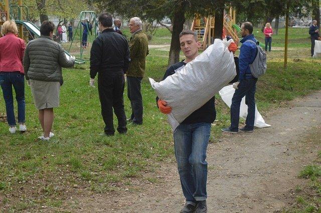 В Ужгороде госслужащие очищали обочины и кюветы вдоль дорог