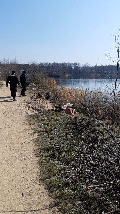 Коронавирус: Правоохранители в Чехии заставили нудистов на пляже надеть маски