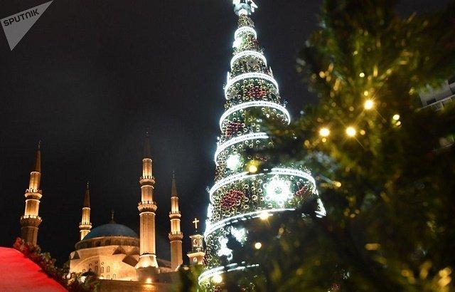 Рождественская ель на одной из улиц Бейрута.